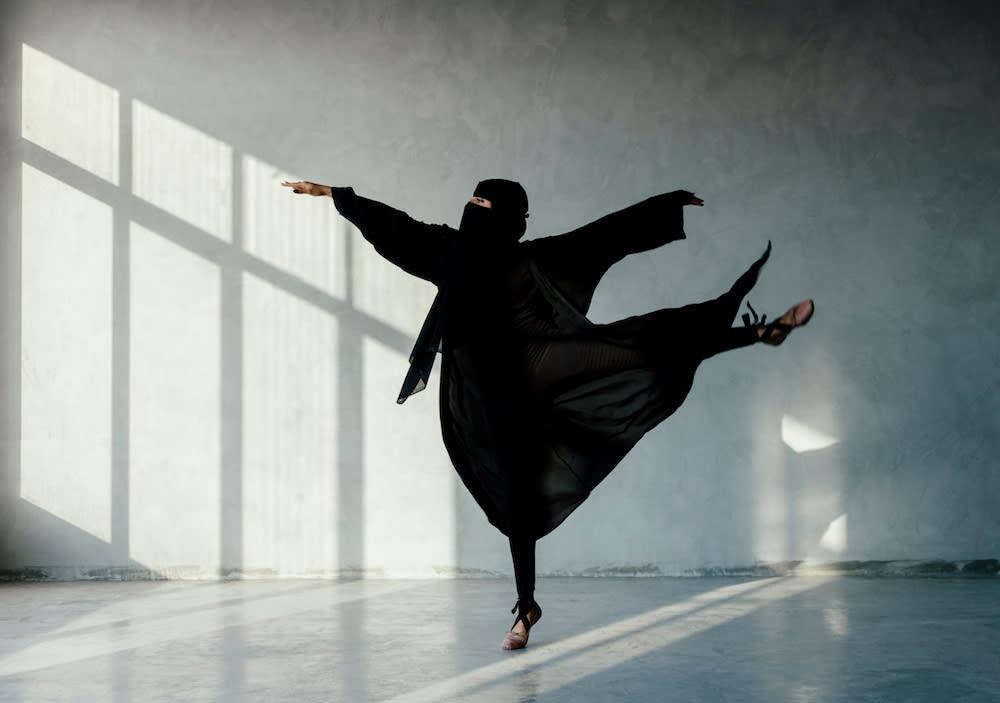 صور لمنقبة ترقص البالية تطرح التساؤلات بين الناس.. وهذا رد المصور