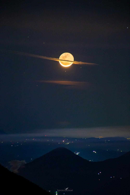 صورة جعلته عاجزا عن الكلام.. مصور يوثق القمر وهو يتزين بحلة كوكب زحل