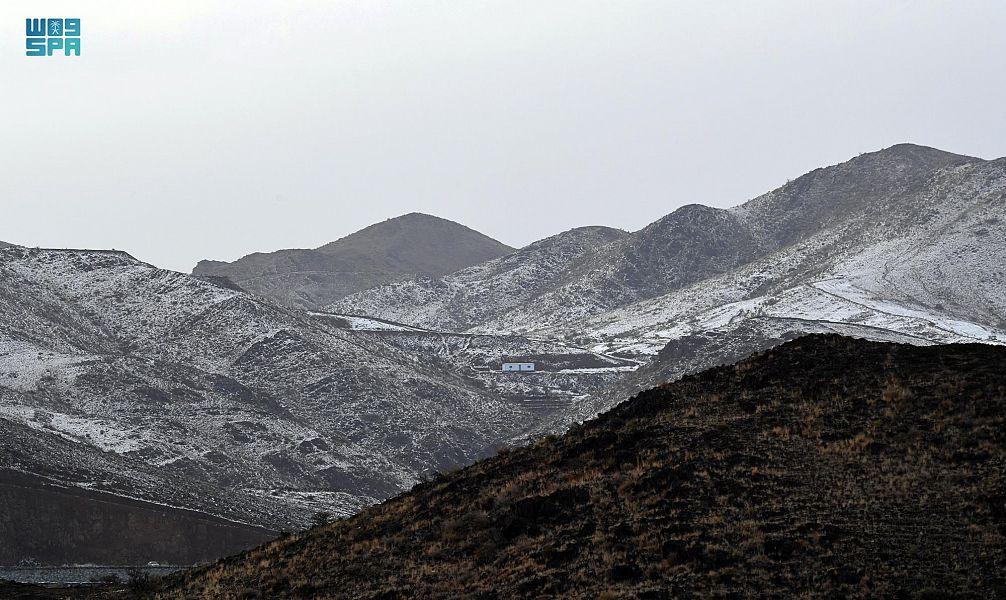 """بالصور.. شاهد عسير بالسعودية وهي تكتسي بالبياض بفضل """"زخات كثيفة"""" من البرد"""