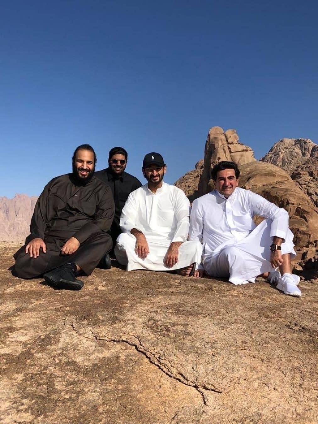 تداول صور محمد بن سلمان أعلى جبل اللوز.. من كان بصحبته؟