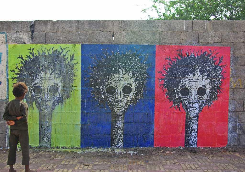فنان يمني يستخدم الجدران المدمرة لوحات لتوثيق الحرب