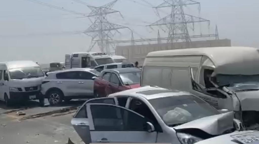 بين دبي والشارقة.. حادث مرور شمل 34 سيارة (صور)