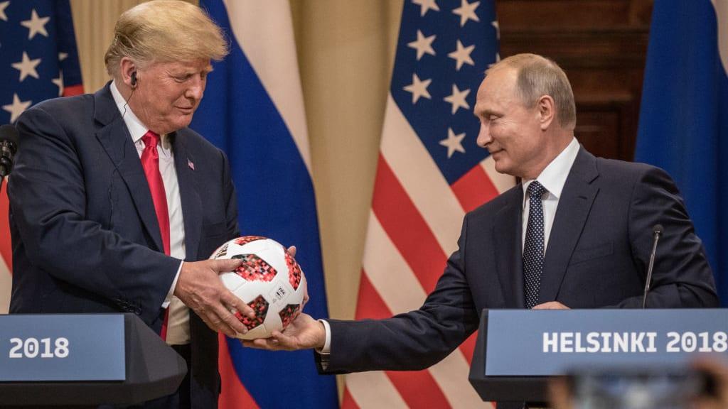 """شاهد.. كرة بوتين إلى ترامب.. هدية أم """"تجسس""""؟"""