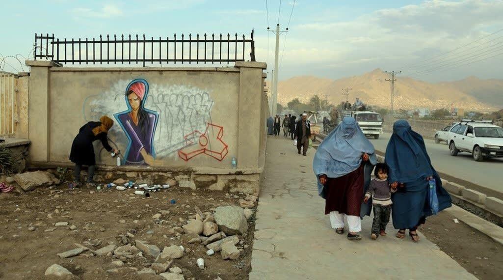 من هي الفنانة التي تحول جدران أفغانستان التي مزقتها الحرب إلى لوحات زاهية؟