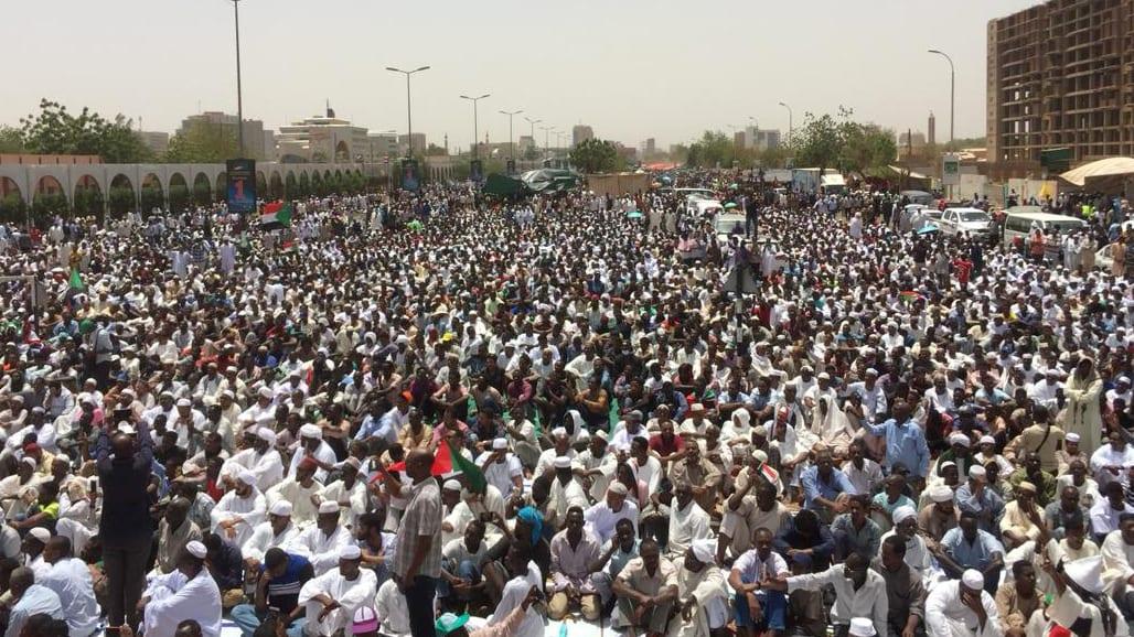 لماذا أصبحت صورة هذه المرأة رمزاً لاحتجاجات السودان؟