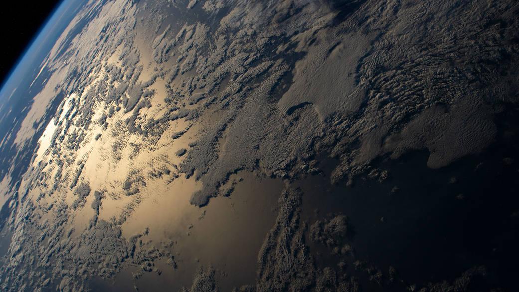 صورة مذهلة لسطح الأرض من الفضاء تبرز نطاق برتقالي اللون..ما أصله؟
