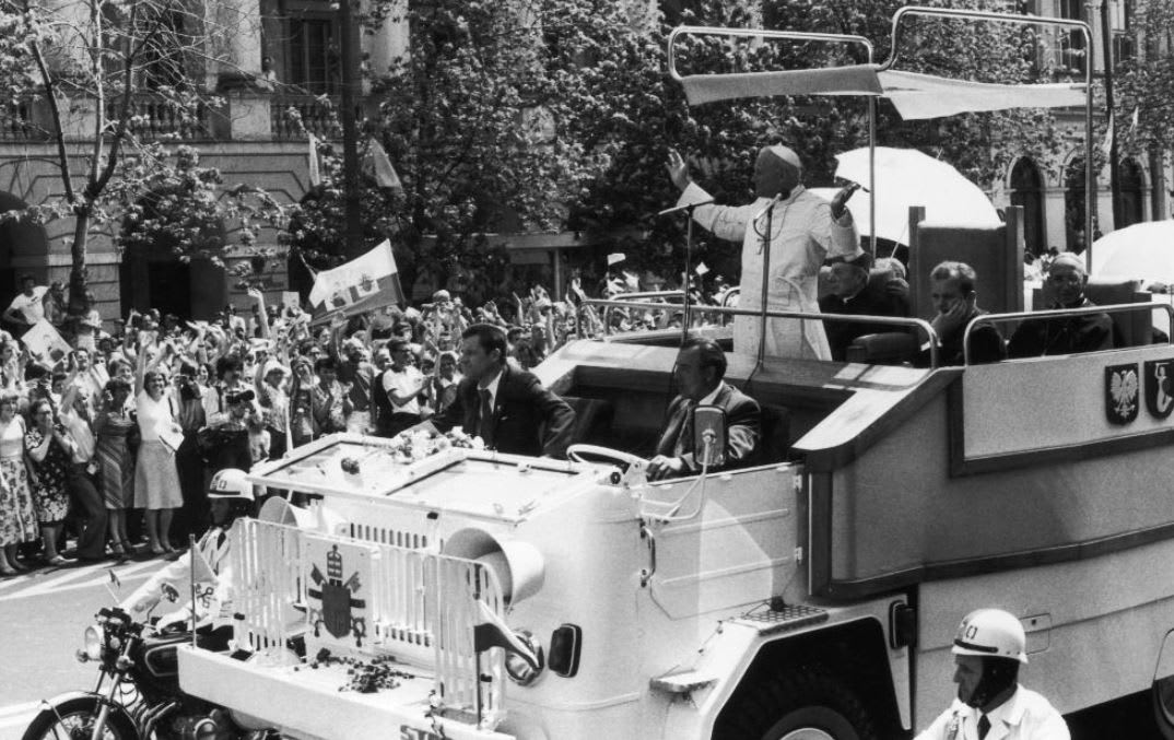 هل سبق أن تساءلت عن السيارات البابوية عبر التاريخ؟