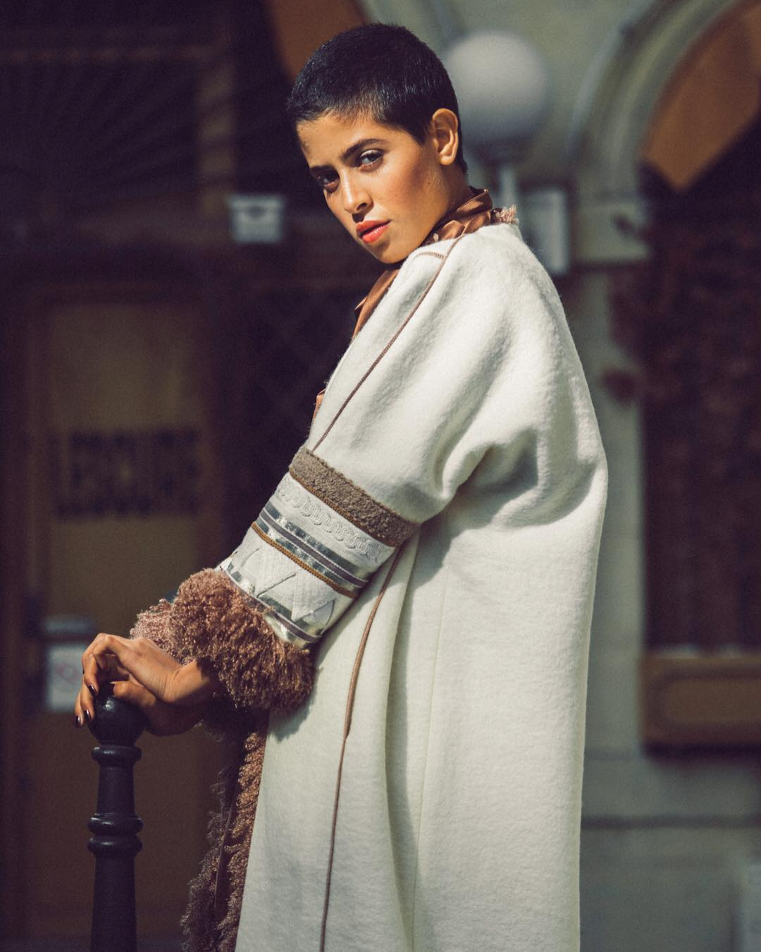 """""""الفروة""""..معطف رجالي سعودي يتحول إلى قطعة نسائية فاخرة"""