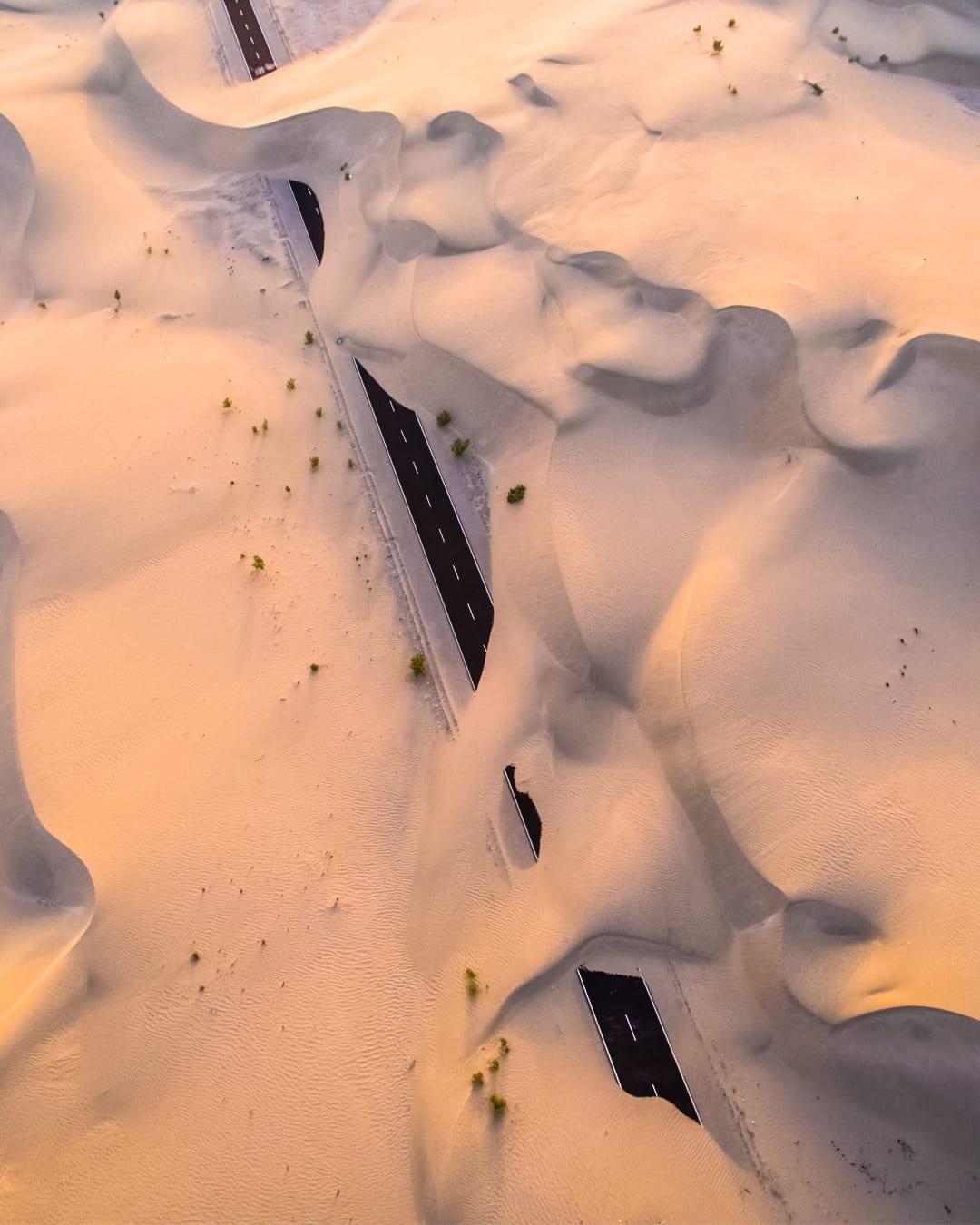 طريق مهجور تغطيه صحراء أبوظبي