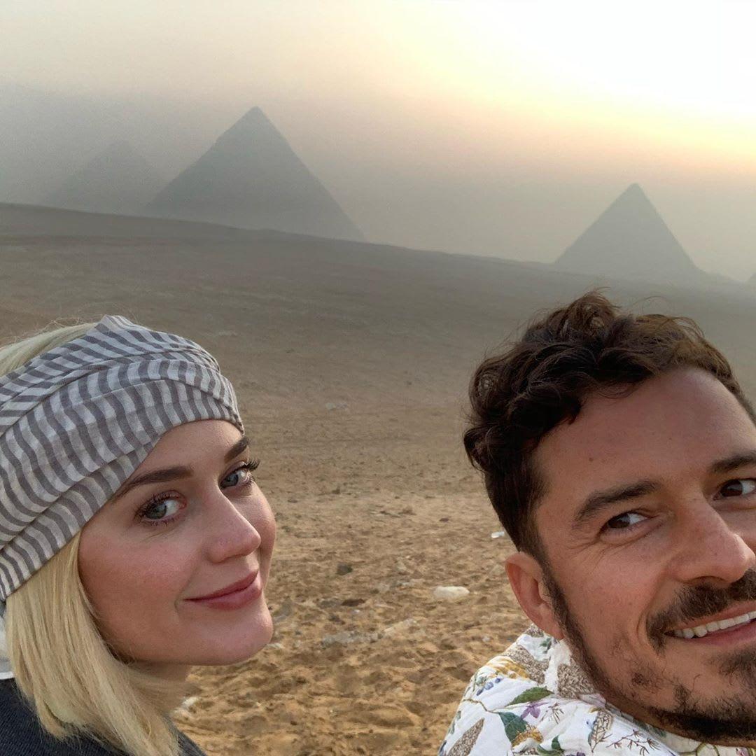 أورلاندو بلوم يحتفل بعيد ميلاد كيتي بيري وينشر صورة لهما أمام أهرامات مصر