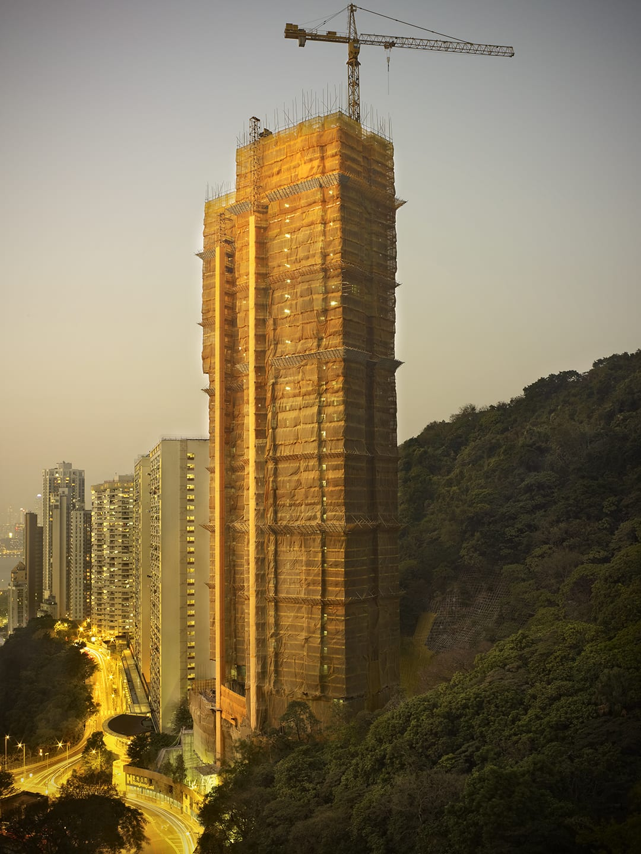 """أمريكي يبرز مرحلة """"الشرنقة"""" الساحرة لمباني هونغ كونغ..كيف ظهرت؟"""