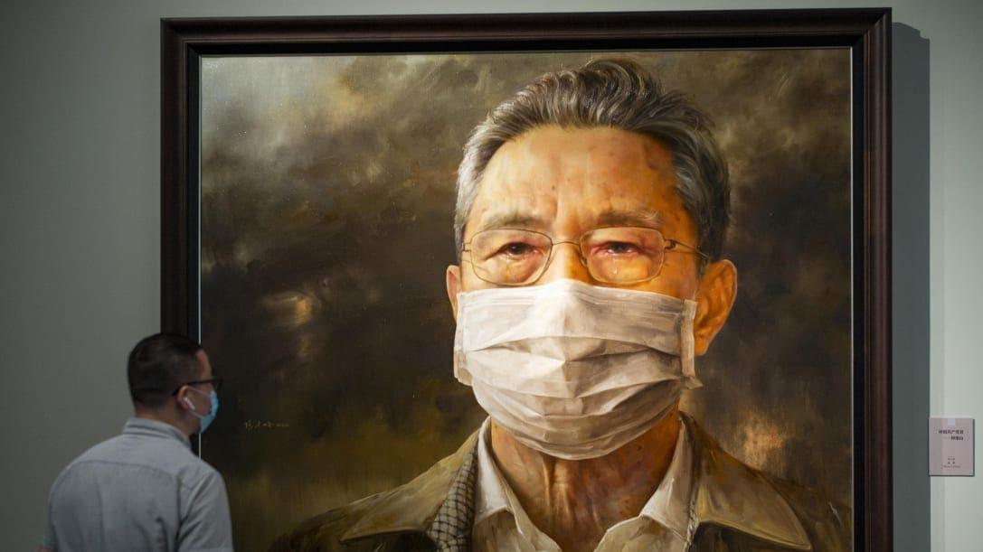 الفنان الصيني المعارض آي ويوي يحول أعماله إلى أقنعة وجه