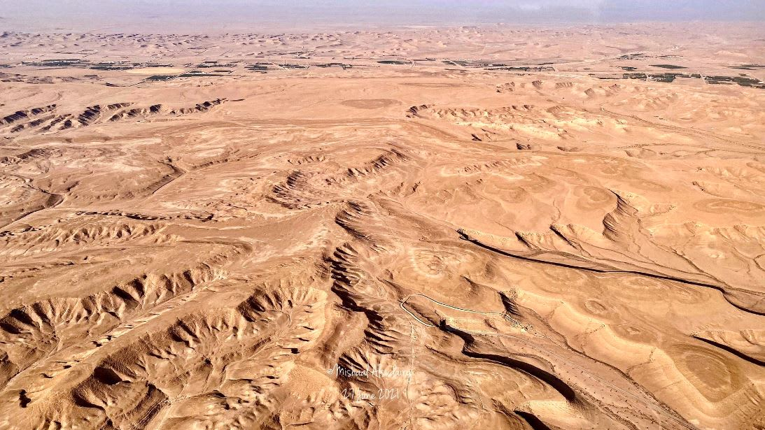 مصور يوثق قمة طبيعية على شكل قلب من الجو في السعودية.. هل تستطيع رؤيتها؟