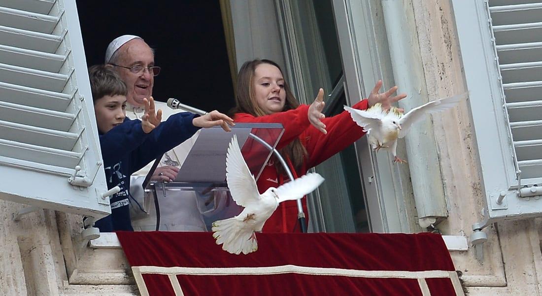 """فأل سيء!... """"طيور غاضبة"""" تهاجم حمامتي سلام البابا"""
