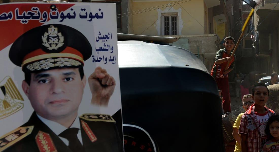 """القمص عويضة """"يذوب عشقا"""" بالسيسي ورابطة قبطية تدعوه للاعتذار"""