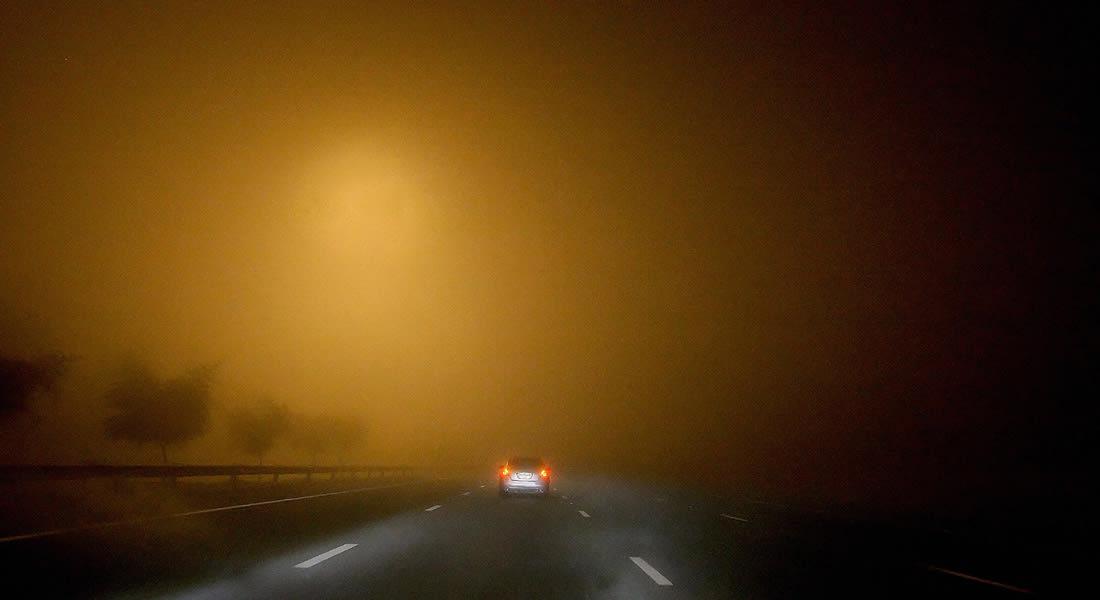 الضباب في الإمارات.. فوضى في طرقات وتعطل رحلات