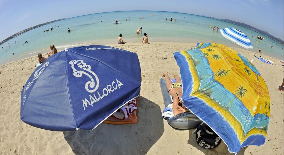 """جزيرة إسبانية تحظر ارتداء """"البكيني"""" في الأماكن العامة"""