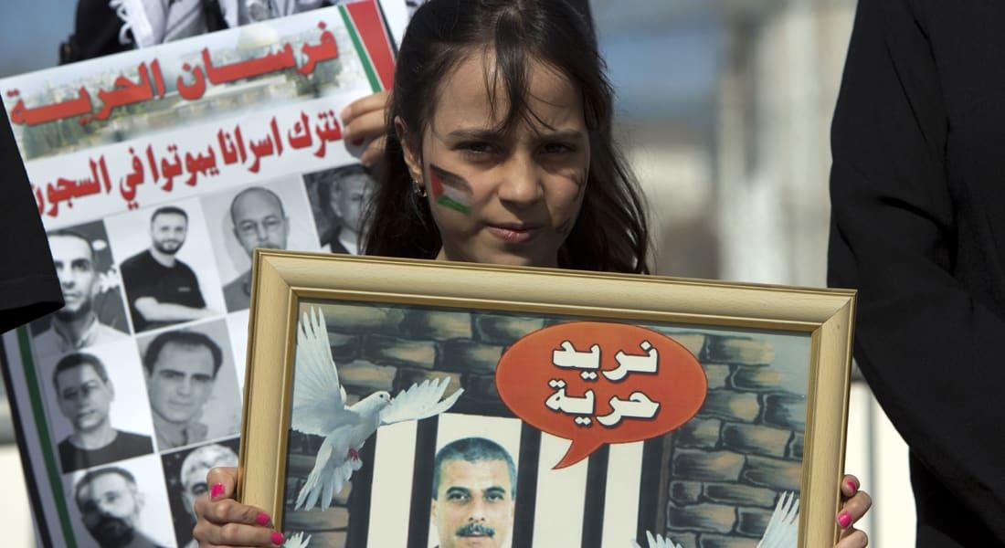 """عشرات الفلسطينيين يبدأون معركة """"الأمعاء الخاوية"""" بالسجون الإسرائيلية"""