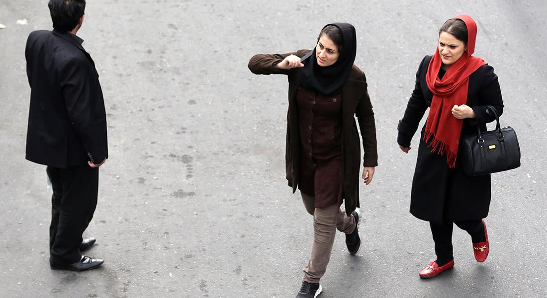 صحف العالم: صور لإيرانيات من دون حجاب على الإنترنت تثير الجدل