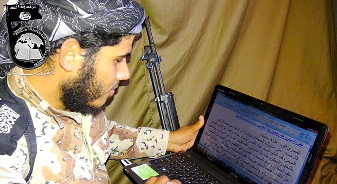 """للسخرية من شائعات مصرعه: """"أنصار بيت المقدس"""" تنشر صورة المنيعي يقرأ خبر مقتله"""
