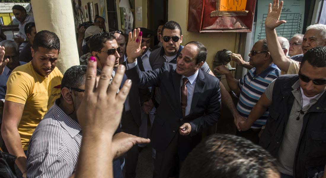 انتخابات مصر.. قُبلة للسيسي أثناء التصويت تثير أزمة بين القضاة والإعلام