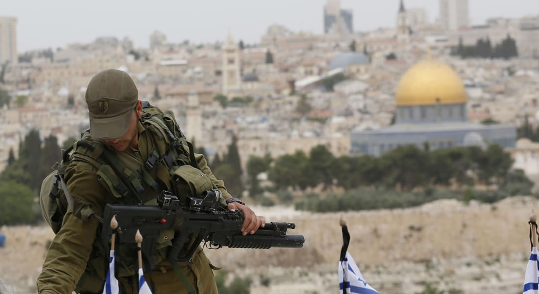 إسرائيل: اعتقال فلسطيني يرتدي حزاما ناسفا بالضفة