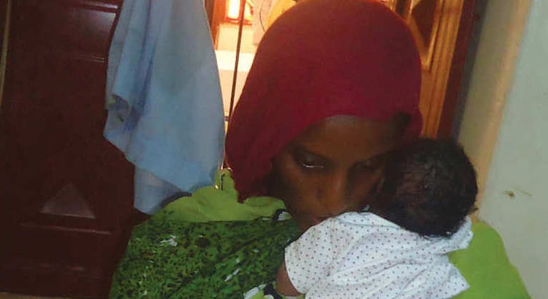 """سودانية اتهمت بـ""""الردة والزنا"""" لـCNN: أنجبت طفلي والسلاسل تقيّد قدمي"""