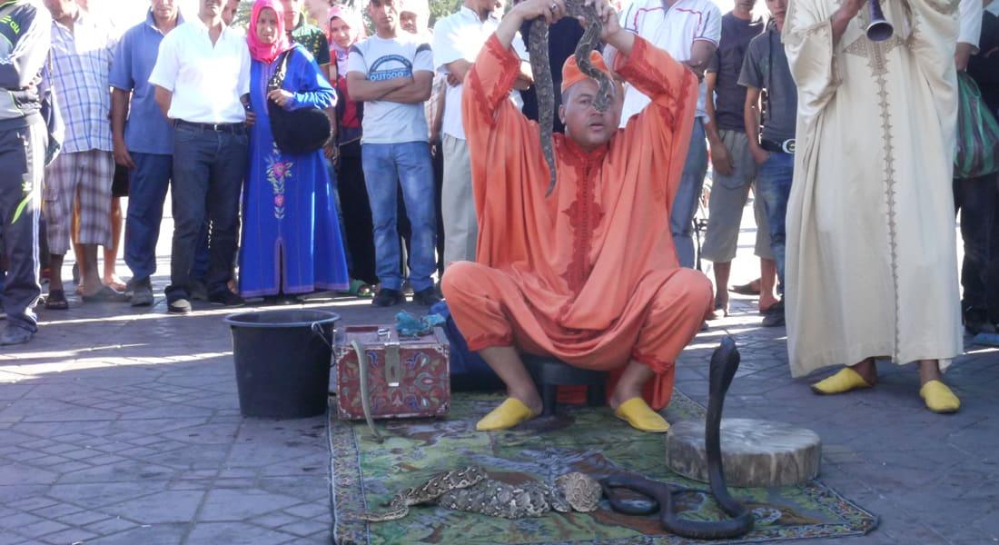 حكواتيون ومنومو ثعابين يخلطون سحر المغرب الشرقي بالواقع
