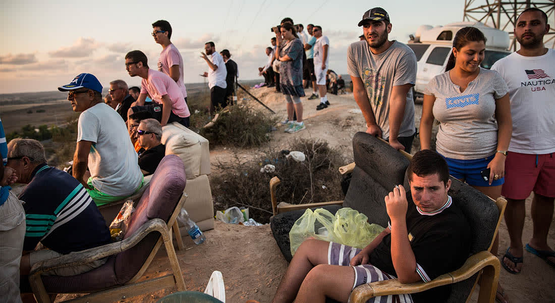 """صحف العالم: إسرائيليون يهللون لقصف أهداف بغزة في""""سينما سديروت"""""""