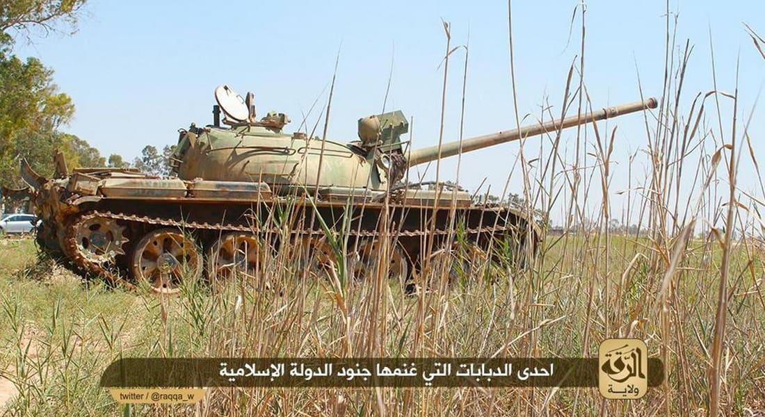 """نشطاء: مقتل 85 جنديا سوريا وفقدان 200 بسيطرة """"داعش"""" على جانب من قاعدة عسكرية بالرقة"""