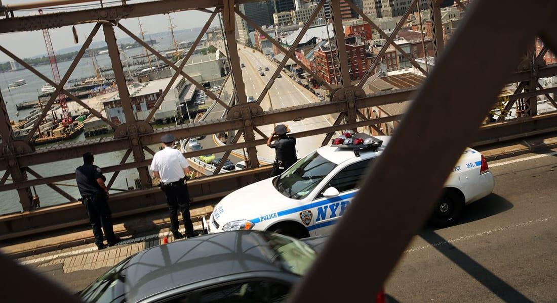 البحث عن مجهولين استبدلوا الأعلام الأمريكية بأخرى بيضاء بجسر بروكلين