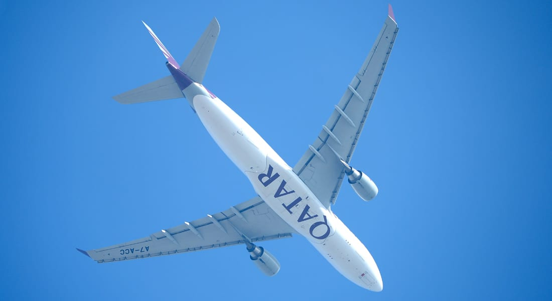"""إنزال طائرة ركاب قطرية بمطار مانشستر للاشتباه بـ""""جسم غريب"""" على متنها"""