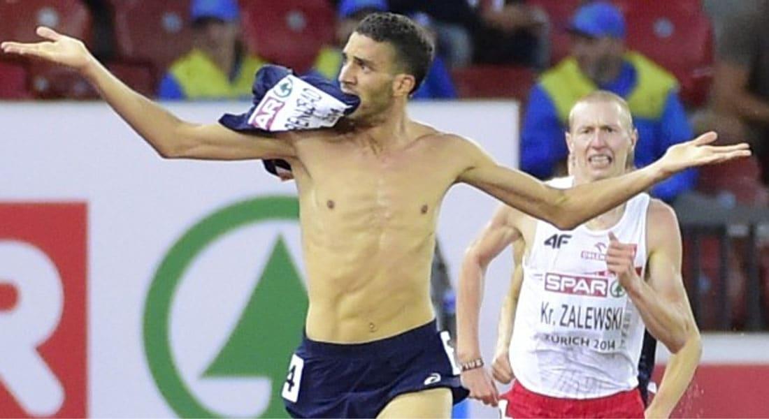 خلع قميصه قبل نهاية السباق.. فاستبعد من الميدالية الذهبية