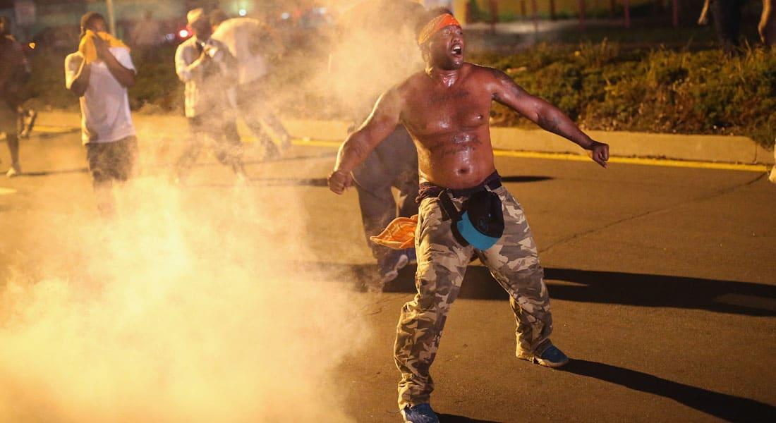 أمريكا: حاكم ميسوري ينشر الحرس الوطني بعد مظاهرات عنيفة بفيرغسون أعقبت مقتل مراهق أسود