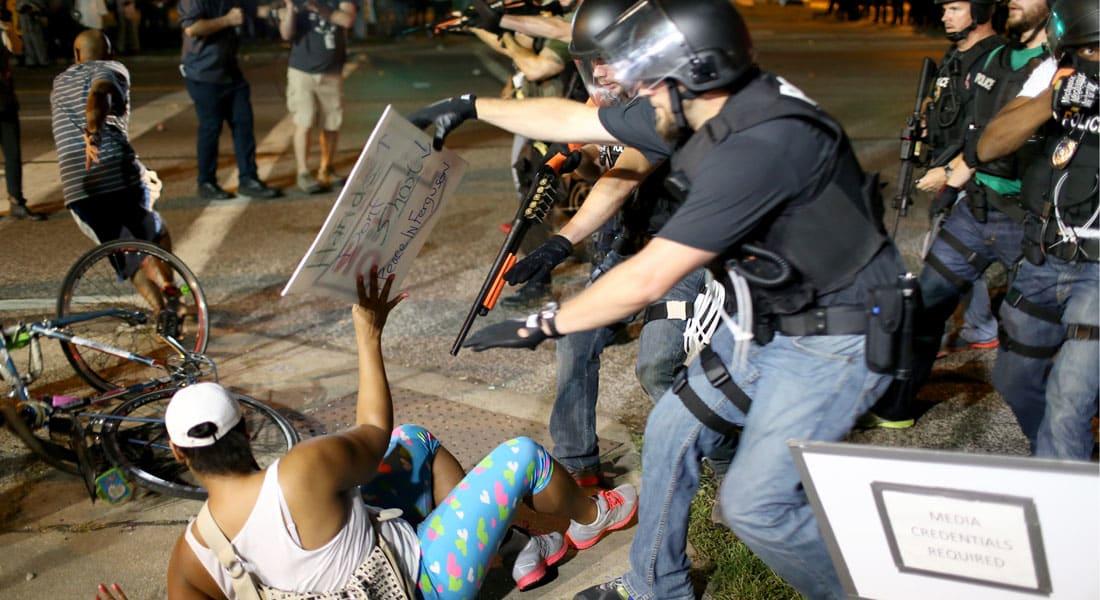 مصادمات وغاز مسيل للدموع بفيرغسون الامريكية.. وكي مون يدعو للالتزام بالمعايير الدولية للتعامل مع المحتجين