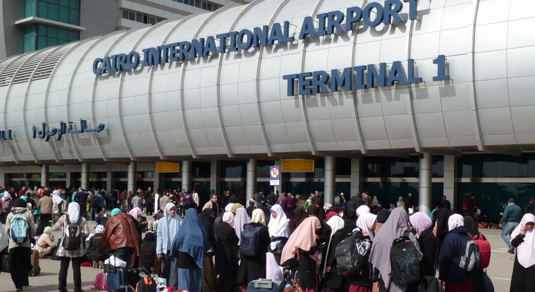 ضبط سعودي حاول تهريب 22 سيفاً أخفاها بين ملابسه بمطار القاهرة