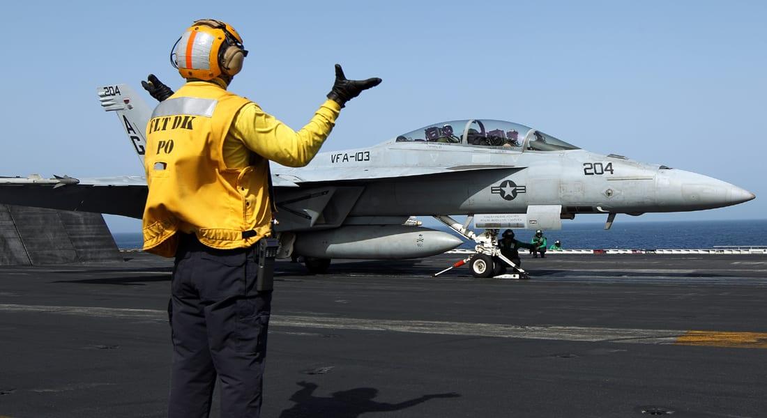 """مقاتلات أمريكية تقصف معسكراً ومخزن أسلحة لـ""""داعش"""" بالعراق وكيري يتهم الأسد بخرق """"اتفاق الكيماوي"""""""
