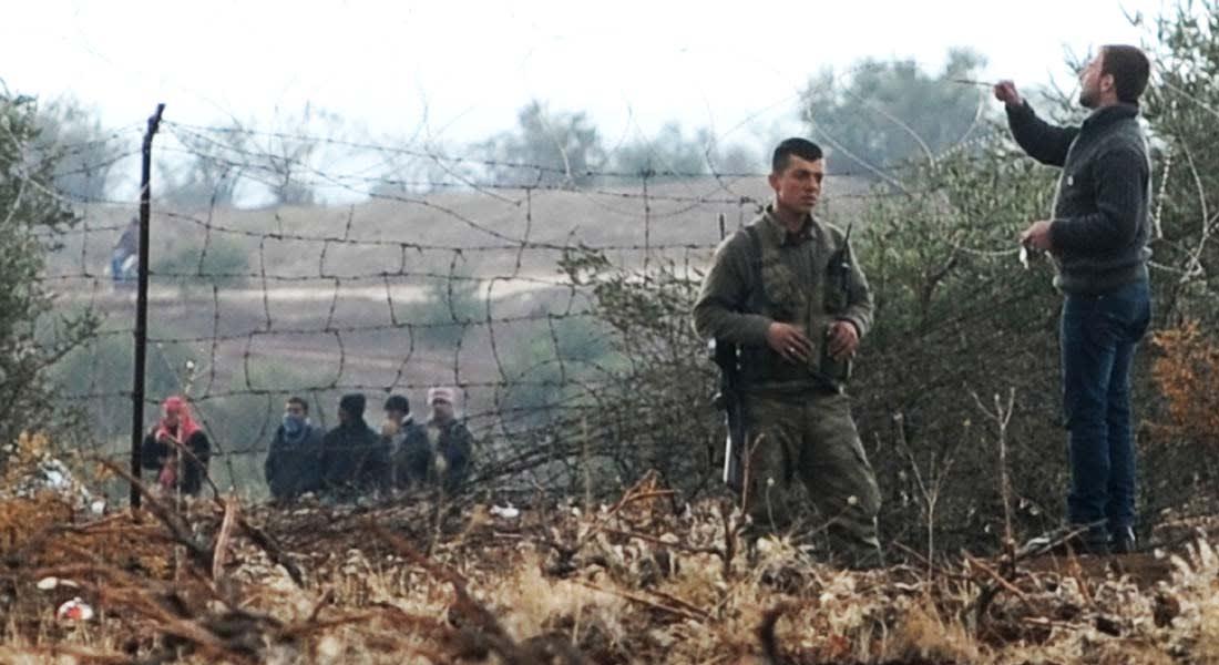 """تركيا تفتح حدودها للسوريين الهاربين من حصار """"داعش"""" لقرى الأكراد"""