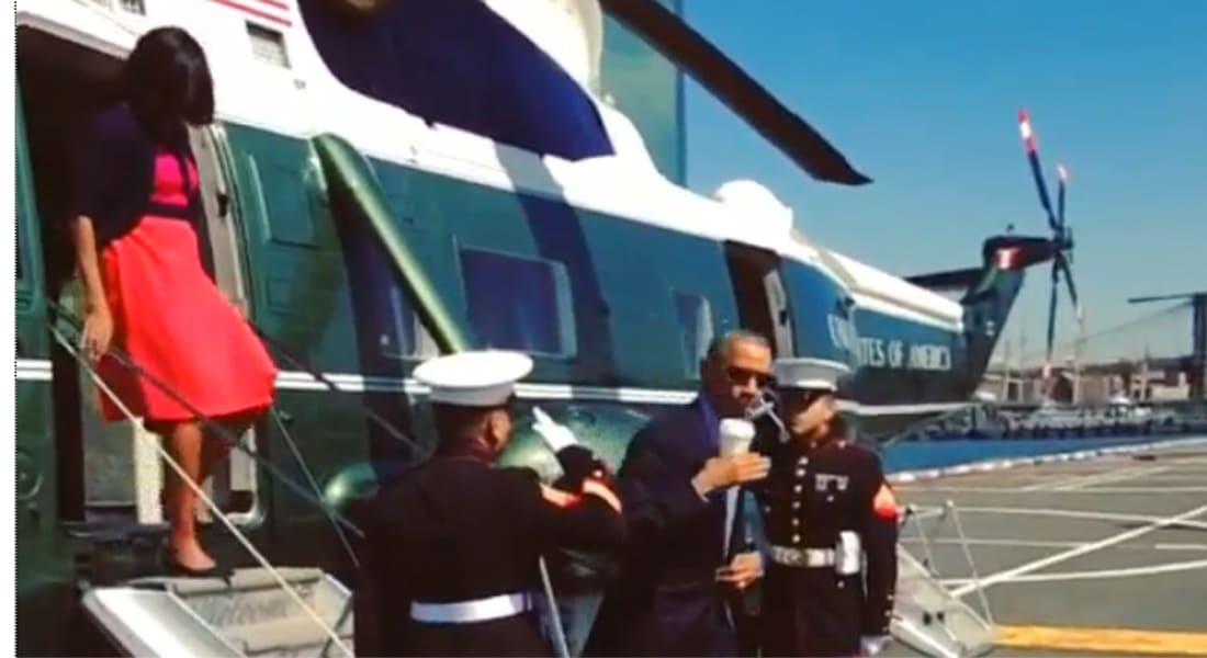 أوباما يؤدي التحية العسكرية ممسكا بكوب قهوة.. ويثير حنق الكثيرين
