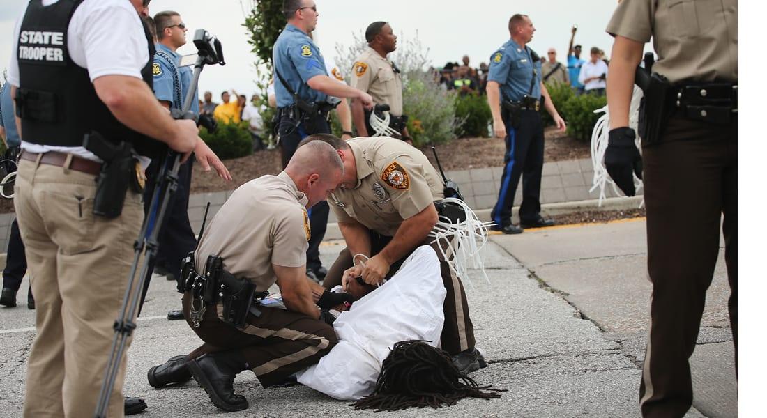 مواجهة جديدة بين الشرطة ومحتجين في فيرغسون أثارها اعتقال عدد منهم