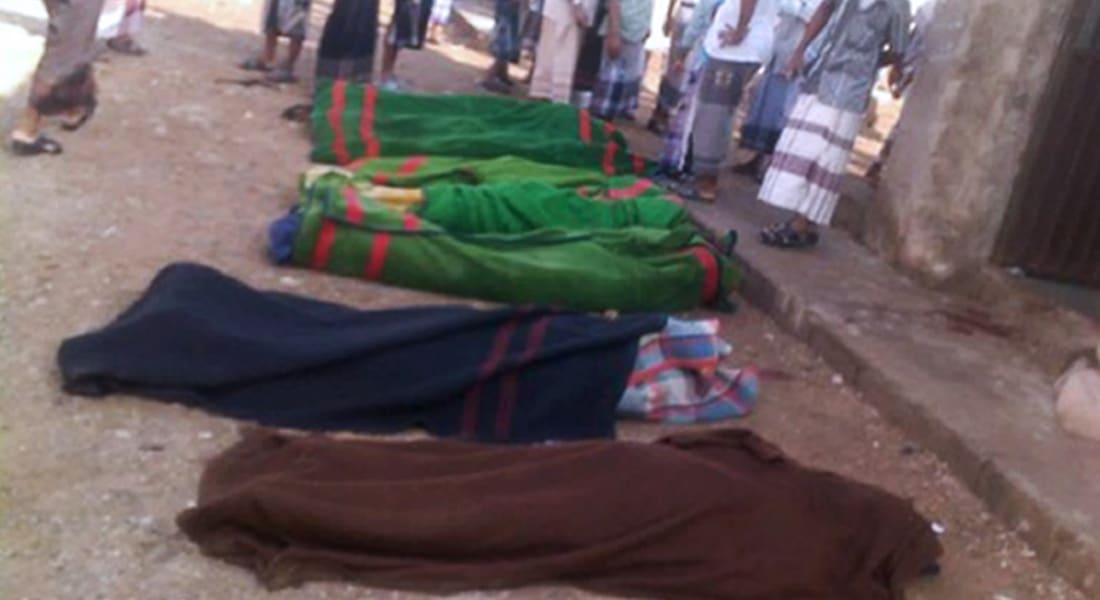 كلاب تلتهم جثث جنود الجيش.. صورة تثير استياء الشارع اليمني