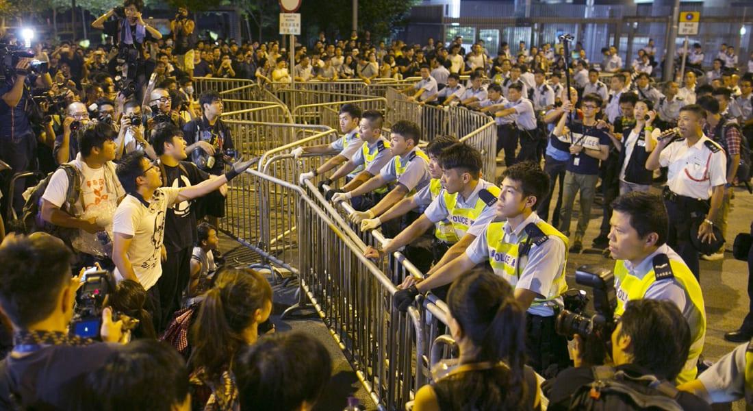 """حركة """"احتلوا هونغ كونغ"""" تقاطع المفاوضات بعد اشتباكات مع أنصار الحكومة"""