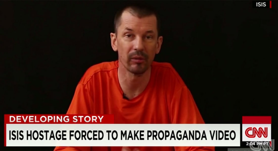 """عائلة صحفي بريطاني مختطف أظهره داعش بتسجيلات دعائية.. تناشد التنظيم إعادة """"قناة الاتصال"""""""