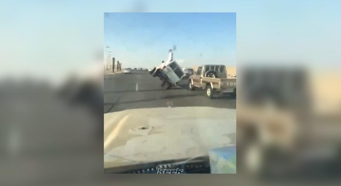 بالفيديو.. سقوط شاب أثناء استعراض خطير على طريق عام بالسعودية