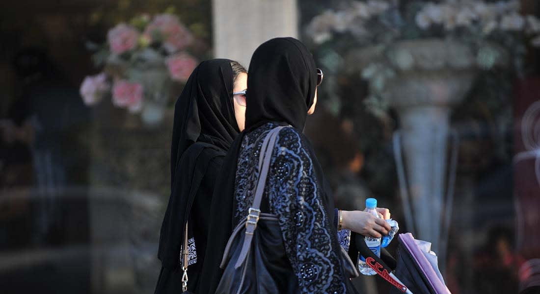 """السعودية .. فتاة  ترشق رجال الهيئة بالحذاء وتتهمهم بالانتماء لـ """"داعش"""""""