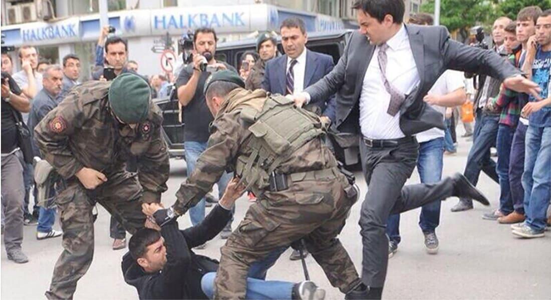 """غضب بعد صورة """"مستشار مفترض لإردوغان"""" وهو يركل محتجا"""