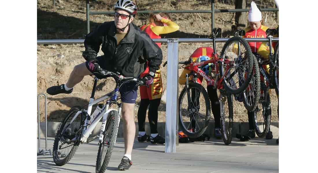 الرئيس بوش يقود دراجته بركبتين صناعيتين ودعامة شبكية للشرايين