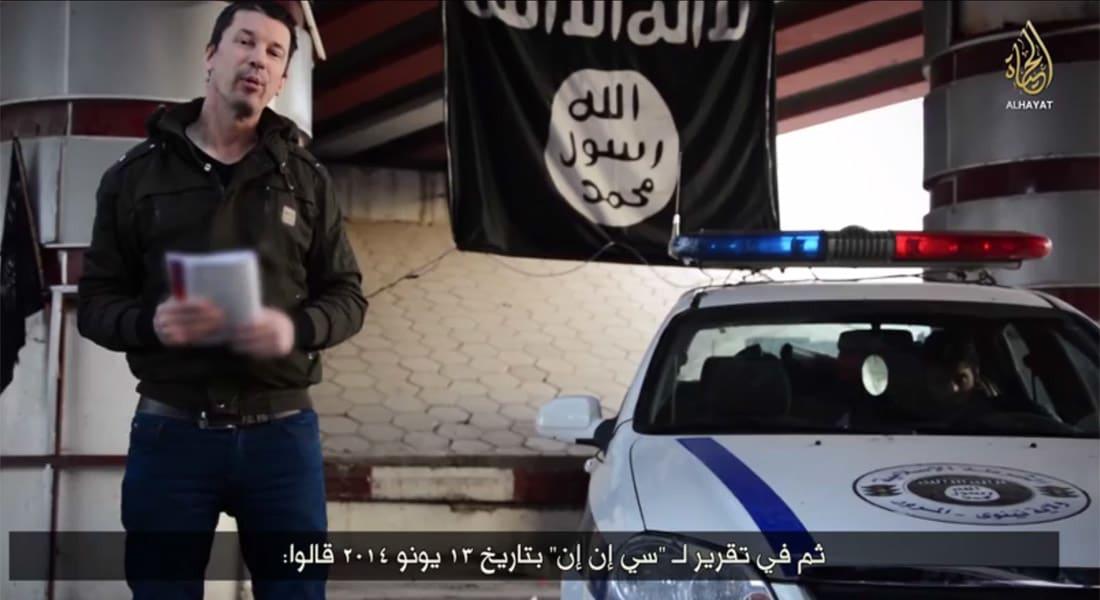 داعش يبث تسجيلا جديدا للرهينة كانتلي وهو يتجول بالموصل ويقود السيارة والدراجة ويخاطب طائرة بدون طيار