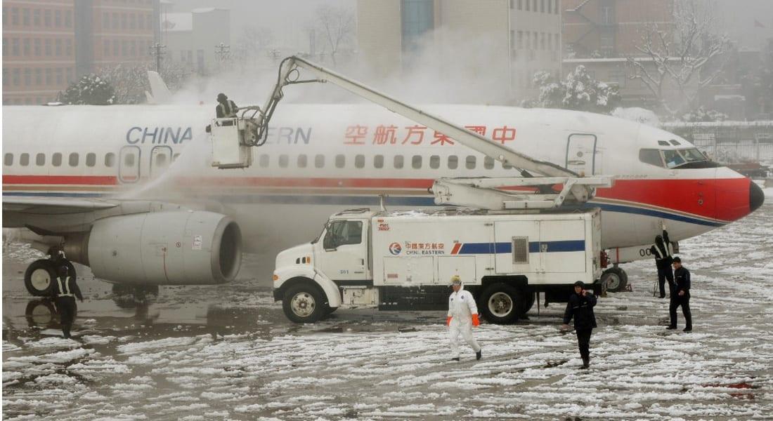 احتجاجا على وقف التكييف بالطائرة... مسافرون  يفتحون أبواب الطوارئ