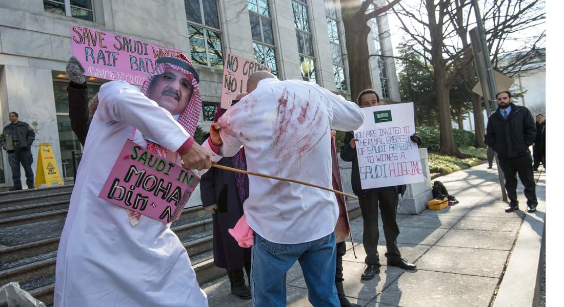 """السعودية تؤجل تنفيذ """"دفعة من الجلدات الألف"""" للناشط رائف بدوي وزوجته تتوقع المواصلة"""
